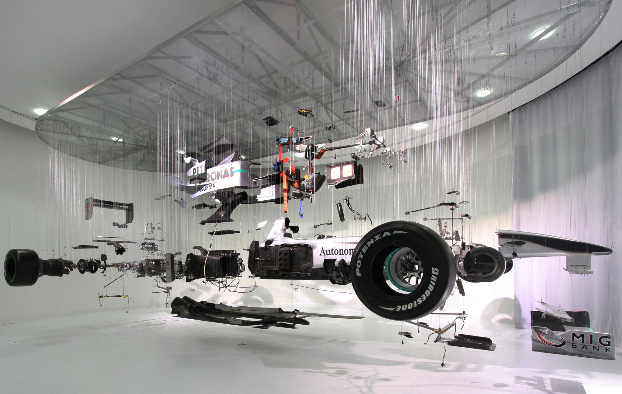Mercedes benz f1 car in pieces iedei for Mercedes benz f1 car