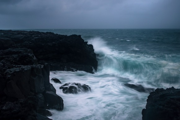 crashing-waves-iceland-03