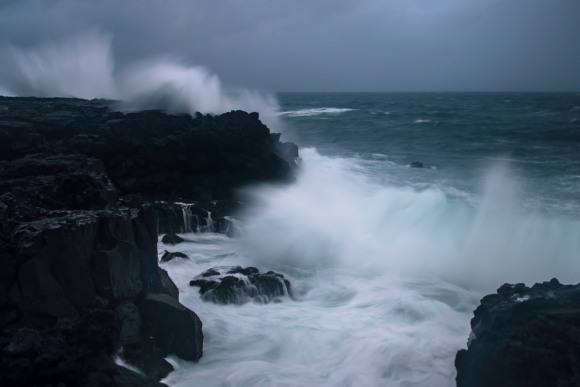 crashing-waves-iceland-04