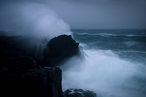 crashing-waves-iceland-05